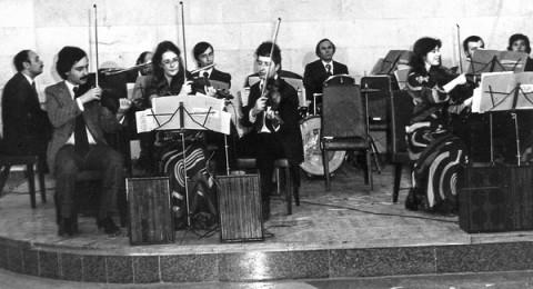 Піаніст оркестру кінотеатру імені Олександра Довженка (крайній ліворуч)