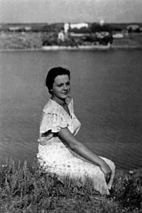 Студентка Лариса Остапенко біля Дніпра