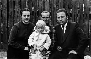 Із мамою Євдокією Андріївною Білаш і старшою донечкою Оксаною