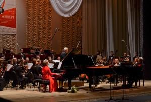Грають Ірина Алексійчук і Юрій Кот
