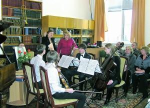 Студенти Київського інституту музики імені Рейнгольда Глієра з нотами відновленого Струнного квартету Ревуцького