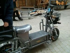 Саме на цьому електромотоциклі шахрай Дулькамара роз'їжджатиме по сцені