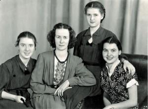 З ученицями Тетяною Бондаренко, Тетяною Швачко (стоїть), Галиною Мокрієвою. 1955р.