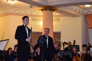 Кирило Тимофєєв (кларнет) і диригент Леонід Холоденко