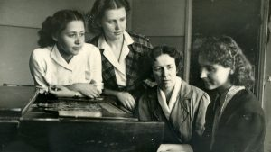 Олена Андрєєва з ученицями, перша праворуч - Леся Дичко