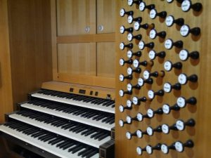 Клавіатура харківського органа під час монтування