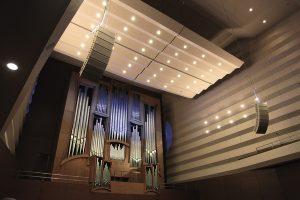 Рухомі акустичні панелі над органом